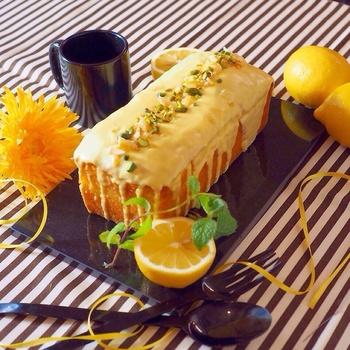 手土産に持っていったら喜ばれること間違いなしのパウンドケーキは、レモン好きの方に贈りたいスイーツのレシピです。パウンドケーキ1台に、レモン1個とレモンピール、レモンチョコレートとまさにレモンづくし。  焼き上がりもほんのりレモン色でキレイに仕上がりますよ。レモン果汁が足りない時は、柚子果汁をブレンドするのもおすすめ。