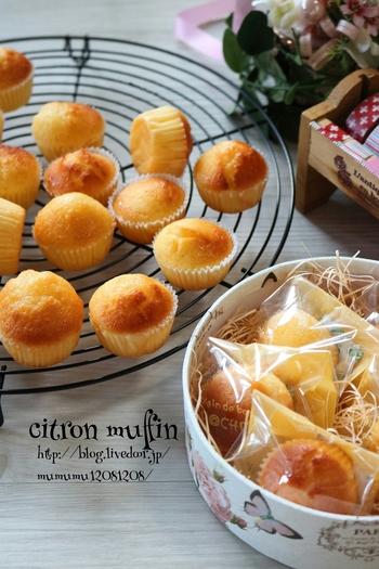 おやつに作ることの多いマフィンを、柚子を使って冬バージョンにアレンジ。生地に柚子果汁を加え、焼きあがった表面に柚子シロップを塗って爽やかに仕上げています。アーモンドパウダーが入っているので、生地がしっとりしていて食べやすいのも魅力です。一つずつ個包装にしたら、手土産にも喜ばれそう♪
