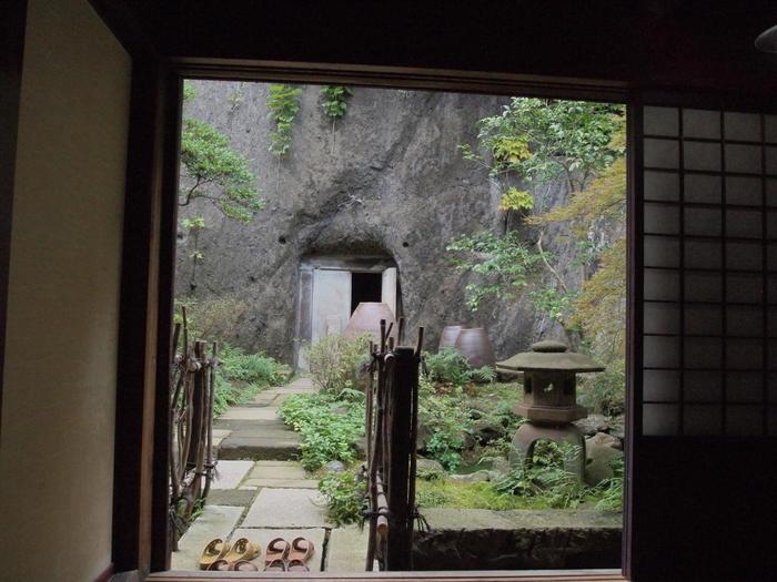 家の裏手の庭の先は崖となっており、その天然の岩を刳り貫いて作られた食料備蓄用の蔵もあり、見どころがいっぱいです。