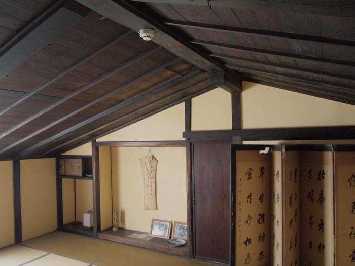 昭和10年(1935)に船乗りの金子屋が購入しました。宿根木らしい板壁の二階建てで、こちらの2階の座敷は人が集まる時に使用されていたそう。
