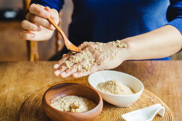 【用意するもの】手づくりの甘酒、米ぬか 【手順】手づくりの甘酒と米ぬかを1:1の比率で混ぜ、肌にのせて3~5分おく  「市販の甘酒は発酵止めしてあるので手作りするのがおすすめ。お米とお米同士なのですごく相性がよくて『ちょっと肌がかさかさするな』というときに使っています!」(栗生さん)