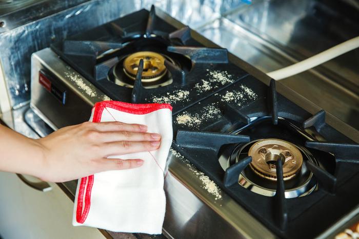 【用意するもの】米ぬか、キッチンペーパー、ふきんまたは雑巾 【手順】油汚れが気になるところに米ぬかをふりかけ、少し濡らしたふきんまたはキッチンペーパーで拭き取るとピカピカに  「研磨剤の代わりにもなりますし、油をくるみとって、本当にきれいになります。これを水拭きしてものびてしまうだけなのですが、米ぬか自体が油分をもっているので、油と油ですごく相性がいいんですね。拭き取りが面倒な場合は、『米ぬか湯』と同様にパックに包んで、少し濡らして拭いてもきれいになります」(栗生さん)