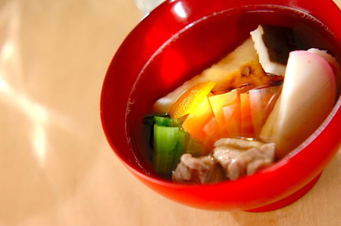お雑煮は、地域によって、具材も千差万別なら、出汁もすましや白味噌仕立てなどさまざま。なかには、お豆腐をつぶした純白のお雑煮や、焼き穴子を入れるお雑煮、きな粉を使うお雑煮、小豆ぜんざいのようなお雑煮などなど、意外なものもたくさんあってとにかく楽しいのです♪今回は、お雑煮の世界をちょっとのぞいてみましょう。