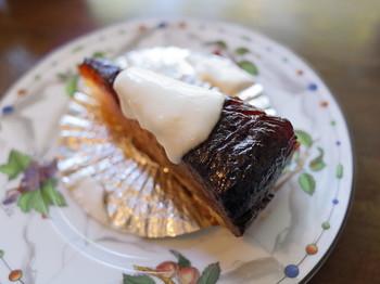 ■タルトタタン 青森県産のふじやサンふじをじっくり煮詰め、24cmホールに20個以上も使う贅沢なタルトタタンは、濃厚な甘みとわずかな酸味のタルトに仕上がっています。添えてあるプレーンヨーグルトをかけると、酸味が加わり味がまろやかになるそうです。