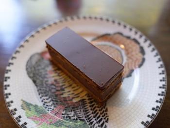 ■オペラ コーヒシロップに浸した生地、チョコレート、モカバタークリームが層になったケーキです。
