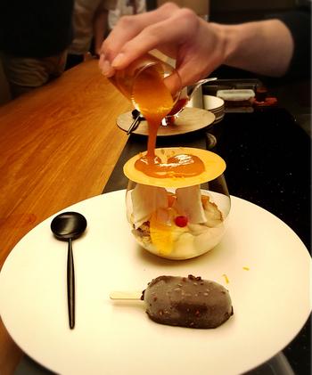 こちらは「テ・ベール」と同じ演出の「ヌガーグラッセ・オランジュ」。ビターオレンジとヘーゼルナッツのキャラメリゼにコーヒーアイスが添えてあります。