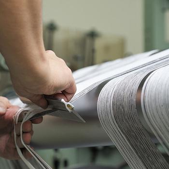 デザインを考え、経糸や横糸を丁寧に織機にかけ、ひとつの布地を織りあげるまでには沢山の工程と人の手がかけられています。その丁寧な仕事があってこそ、美しく着心地の良い和木綿が誕生するのです。