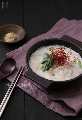 耐熱容器に食材を全て入れてレンジでチン!の簡単調理で、牛乳ベースのミルキーなスープの出来上がりです。生姜とミルクの味の相性の良さと、春雨の歯ごたえが愉しい食べ応えのあるスープです。