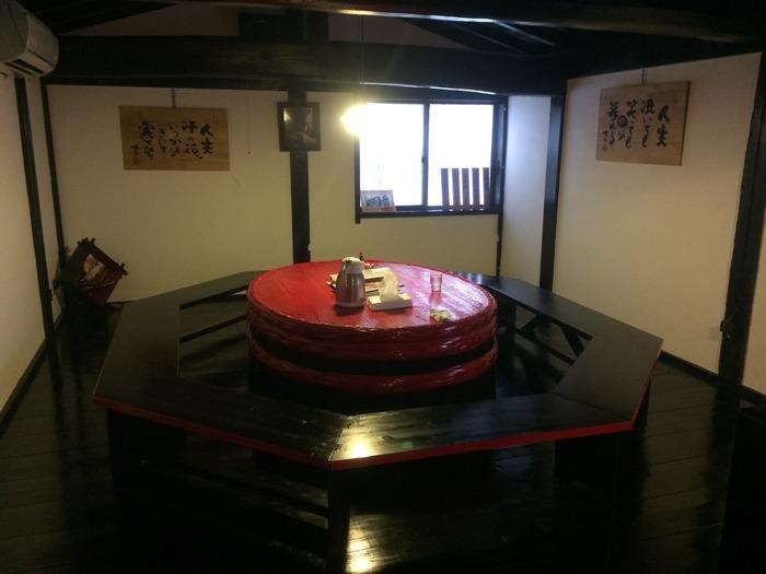 中に入ると目を引く赤いテーブル。こちらは冒頭でも紹介した小木で人気のあるタライ舟、この地元で使われていたタライ舟から作られています。