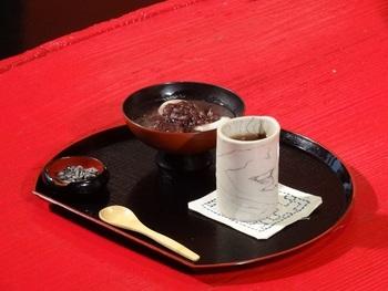 ティータイムに嬉しい甘味の数々。中でも素朴な甘さのぜんざいは人気があり、歩き疲れた身体を癒してくれそう。
