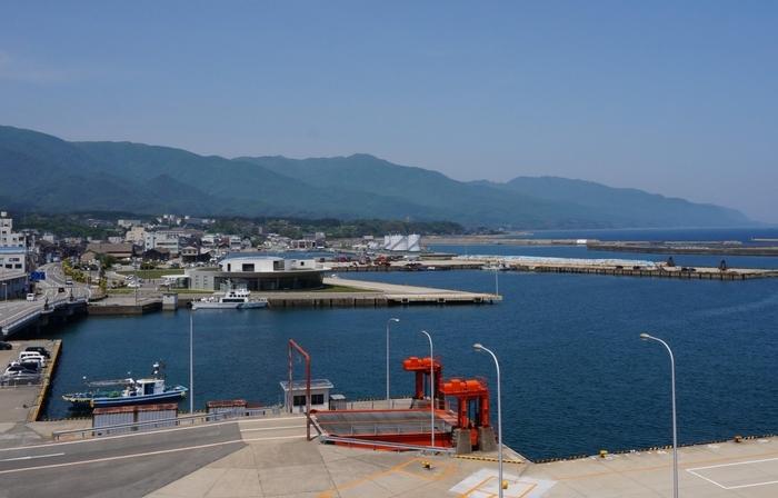 または上越新幹線で新潟駅に出て新潟港に行き、さらにカーフェリーで2時間30分、ジェットフォイルで1時間で両津港に。両津港から車で約1時間で、宿根木まで行くこともできます。