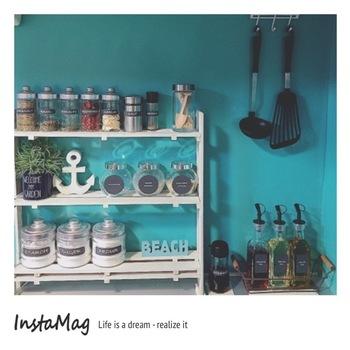 同じ構造で作った棚は、アースホワイトでペイントして爽やかな印象に◎ブルーの壁に映えて素敵です。好みのイメージを演出できるのもハンドメイドならではの楽しみですね!