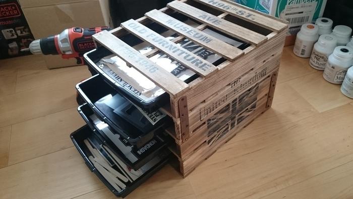 すのこの棚と書類ケースを組み合わせたレターケースは、分類したい数に合わせて段数を決めて。デスク周りのインテリアに合わせてペイントを施せば、長く使えるお気に入りのオフィス収納の完成です。