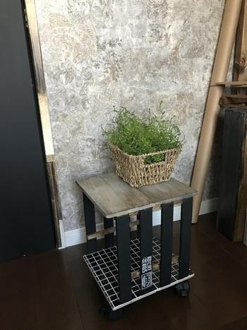 すのこや桐板など、すべて100円アイテムでつくったサイドテーブル。下に見えるタイルも、リメイクシートを貼り付けています。 キャスター付きで移動も楽々、来客時や鍋パーティのサイドテーブルとしても活躍しそう。