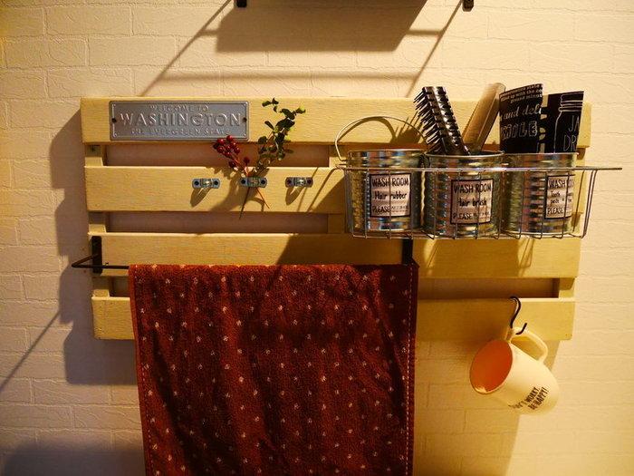 すのこの両端をカットするだけでほぼ完成してしまう収納ラック。洗面所やキッチンの壁面を有効利用できます。カゴやフックを引っかければ、ブラシやカップなど洗面台のごちゃつきもスッキリと解消◎自分仕様にカスタマイズできるのが嬉しいですね。