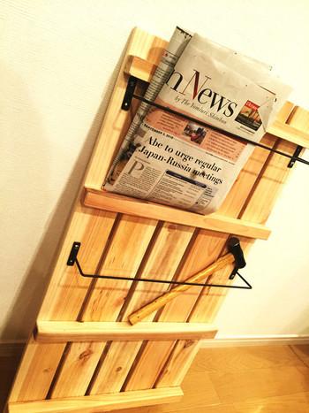 セリアのタオルハンガーを取り付けるだけで、すのこのゲタ部分を利用して新聞や雑誌を一時置きするマガジンラックに。 作り方は簡単なのに、とっても重宝するインテリアです。