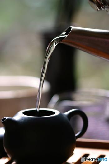 日本茶は主に「緑茶」と呼ばれるもので、茶の木の葉を摘み取り加熱した不発酵茶です。紅茶やウーロン茶も同じ葉から作られていますが、発酵させているので色や風味が違います。日本茶には広く飲まれている「煎茶」、風味豊かな「玉露」、煎茶を焙煎した「ほうじ茶」、炒った玄米と混ぜた「玄米茶」などがあります。