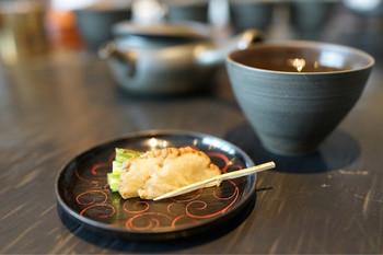 日本茶の種類や産地について詳しく説明しながら、三煎入れてくれますが、一煎目と二煎目、三煎目では味が全く変わることに驚きます。お茶菓子も美しくておいしいものばかり。抹茶のビールや煎茶ジンなど、日本茶を使ったお酒も扱っているので、こちらもいただいてみたいですね。