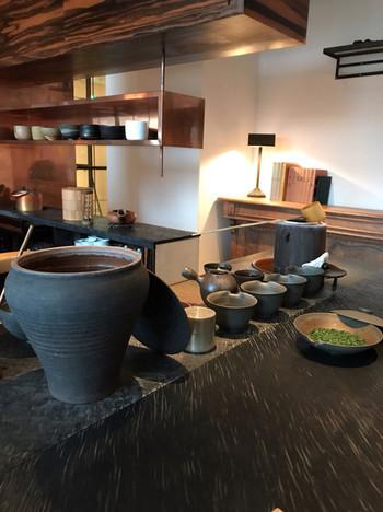 青山スパイラルビル5階にある「櫻井焙茶研究所(さくらいほうじちゃけんきゅうしょ)」は、日本茶をゆっくり楽しむことができる大人のための上質な空間。カウンター席だけの店内では目の前でお茶を淹れてくれます。茶葉の種類も多く、お茶を淹れる美しい所作も素敵です。