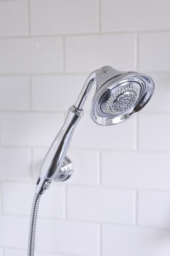 マイクロファイバーは金属パーツを磨き上げるのにgood。繊維が細かいので水拭きだけでもかなりの汚れ落ちが期待できますよ。仕上げに蛇口やシャワーヘッドなど金属部分をマイクロファイバーで磨いておけば、いつでも清潔感のあるお風呂場をキープ。
