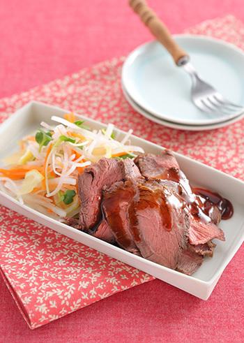 牛肉を、おろしにんにくやしょうがなどで味付けしてじっくりと焼いたら、残った肉汁にだし汁を加えてソースをつくる和風のレシピ。片栗粉をいれてとろみをつけるので、お肉にからめやすいソースが出来上がりますよ!