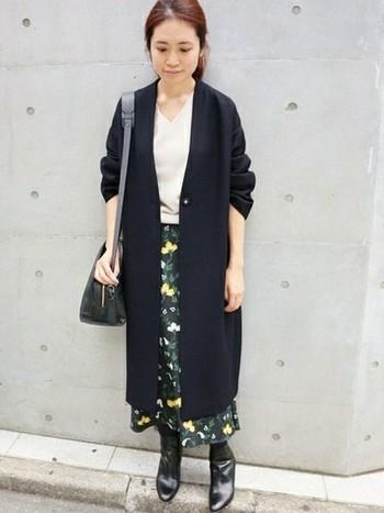 Vネックのノーカラーコートは同じくVネックのインナーを合わせると、よりシャープな印象に。大人っぽい柄物ロングスカートで、コーディネートを明るくフェミニンに仕上げています。