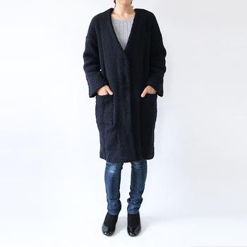 Vネックのノーカラーコートは、シンプルでシャープな印象。カジュアルなデニムと合わせて、ラフに着こなすのも素敵です。
