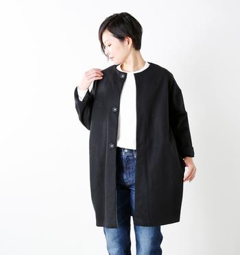 襟が無いぶん、シンプルですっきりとした着こなしができる「ノーカラーアウター」。中に着るインナーのネックデザインとの組み合わせもいろいろと楽しめます。