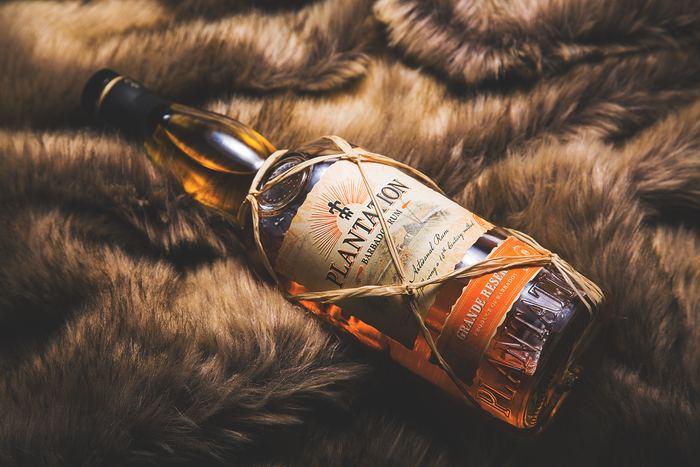 皆さんはお酒を飲む時に、ラム酒を選ぶことはありますか?ビールやワインなどに比べると、ラム酒にはちょっと特別な大人の雰囲気がありますよね。また、アルコール度数も高めなので、かなりお酒に強い人でなければストレートやロックで飲むことはないはずです。