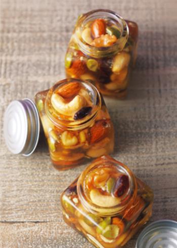 ローストしたナッツも、美味しいラム酒漬けになりますよ。使うのは、アーモンド・カシューナッツ・くるみ・マカダミアナッツ・かぼちゃの種と、いろいろな風味や食感のナッツ類。小さな瓶に入れれば、このままプレゼントにもなりますね♪