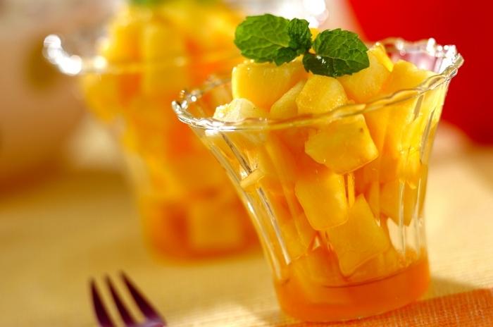 ラム酒漬けが合うのはドライフルーツだけではありません。例えばこちらは、生のパイナップル。ラム酒にハチミツをプラスし、カットしたパイナップルと和えて冷やすだけ。ミントの葉で彩りを加えましょう☆