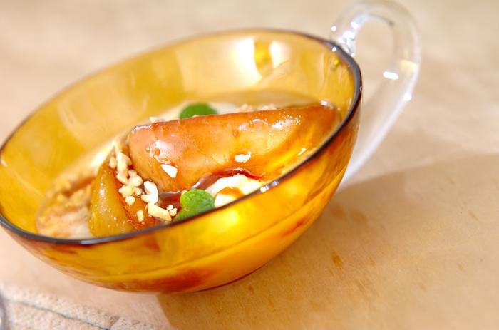 ラム酒のアルコールが気になる場合は、火を通して適度にアルコール分を飛ばすのがおすすめです。リンゴのソテーは冬にぴったりの旬のスイーツ。バターでソテーしたリンゴを砂糖で煮詰め、最後にラム酒を加えれば完成です。