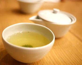 煎茶は三煎淹れてくれます。甘み、渋みの変化を楽しむことができ、同じお茶でも違いをはっきりと感じます。