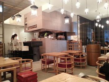 銀座ポーラビル2階にある「HIGASHIYA GINZA」。こちらも洗練された日本茶と和菓子がいただける人気のお店です。店内もカフェのようにおしゃれですね。