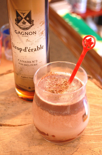 休日のティータイムなら、ラム酒入りのドリンクも気軽に味わえますね。おすすめはホットチョコレート。ブラックチョコレートとメープルシロップを使えば、ほんのりビターな大人向きの味に仕上がります。
