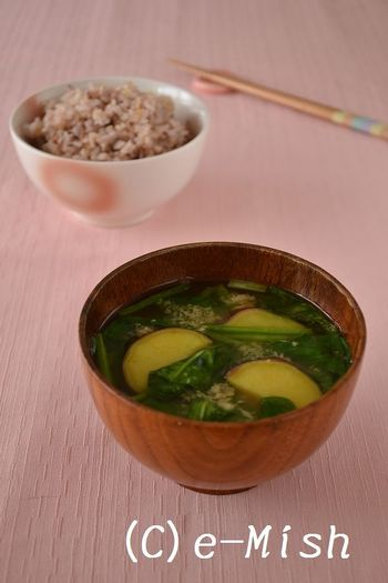 スープと言えば、味噌汁をお忘れなく。生姜入りのサツマイモとほうれん草の味噌汁で、朝からしっかり温まります。