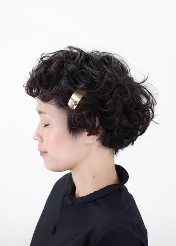 くるくるっとしたふんわりパーマがとてもキュート。ゴールドの髪飾りがアクセントになっています。