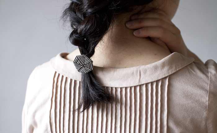 ラフに三つ編みをしたら可愛い髪留めをつけて、お呼ばれスタイルにアレンジ。お気に入りのヘアアクセサリーがひとつあると気分が盛り上がりますね。