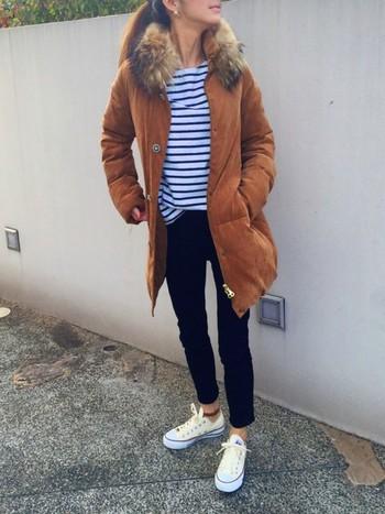 テラコッタカラーのダウンジャケットは、爽やかなボーダーを綺麗に引き立ていています。足元はタイトなデニムとスニーカーできれいめコンパクトまとめたスタイルです。
