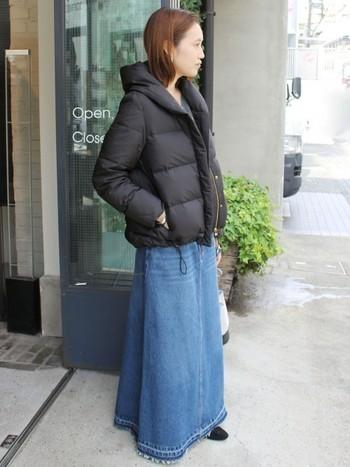 黒のダウンジャケットにマキシ丈のデニムスカートを合わせたスタイル。Aラインのシルエットを作ることで、ダウンのボリューム感とバランスを上手に取っています。