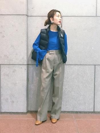 きっちりとしたセンタープレスのパンツタイルにダウンベストを合わせて。鮮やかなブルーのキャメル色のシューズの色合わせが新鮮なスタイルです。