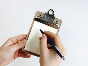 小さなクリップボードをメモに使うと、しっかりしていて書きやすく便利です。メモ帳をはさむだけでなく、コピー用紙の裏側などを同じ大きさにカットして挟んでおくこともできますね。