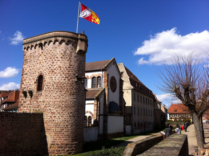 中世からルネッサンス期の面影を色濃く残すオベルネは、約1400メートルの城壁に囲まれた旧市街がある街です。