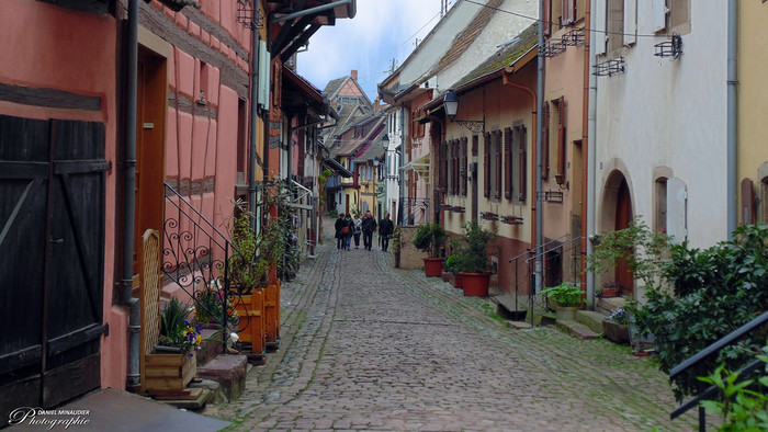 古い家々が軒を連ねる石畳の路地を散策していると、まるで中世にタイムスリップしたかのような錯覚を感じます。