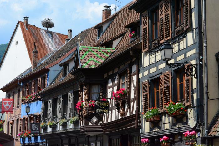 リボヴィレの街の中に一歩足を踏み入れると、まるで絵本の中に迷い込んだかのような錯覚を感じます。アルザス地方特有の木骨組の可愛らしい家々が軒を連ねており、メルヘンの世界がそのまま目の前に現れたかのような気分を覚えます。