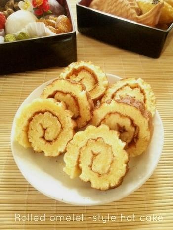 おせちを華やかにしてくれる伊達巻は、「伊達な(派手な)巻き卵」という意味や、伊達政宗が好んだなど由来は諸説あるよう。 もともと甘い料理ですが「お菓子」とはちょっと違うので、そんな伊達巻をホットケーキで作ってみませんか?お餅に飽きた頃の、お正月の朝ごはんにしても面白そう。
