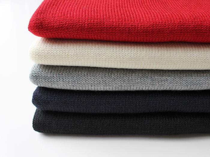 冬服になるとグレーやブラック、ネイビーとどうしても無難なダークトーンのコーデが多くなりませんか?そんなコーデのなかに取り入れるとパッと明るくなるのが『赤』。「ちょっと派手になりすぎるかな」と思われるかもしれませんが差し色として小物で取り入れたり、赤といっても少しくすんだ大人レッドを選べばコーデの幅もぐんと広がりますよ♪では、ファッションアイテム別に赤コーデをご紹介していきます。