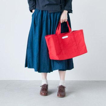 お洋服で赤を取り入れるのは・・と二の足を踏んでしまう方は、バッグで取り入れてみるのはいかがでしょうか?写真のようなダークトーンのコーデだとより赤の存在感が際立ちますね。ブラックやネイビーほどではありませんが赤も汚れが目立ちにくいのもポイントです。