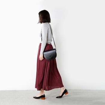 赤といってもワインレッドのような落ち着いた色のスカートは秋冬になると欲しくなるカラーですよね。ロング丈のスカートは動くたびにふわりと揺れる様子が魅力的です。かっちりしたバッグも今年流行のトラッドっぽくきまるのでおしゃれ映え!