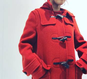 定番のダッフルコートもネイビーやブラックを選びがちですが思い切って赤コートというのも素敵ですね!インナーやパンツがダークトーンに偏ってしまっても、コートを着るだけでコーデが明るくなります。